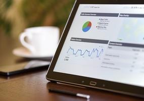 En tablet i ett cafe som visar upp data från en hemsida