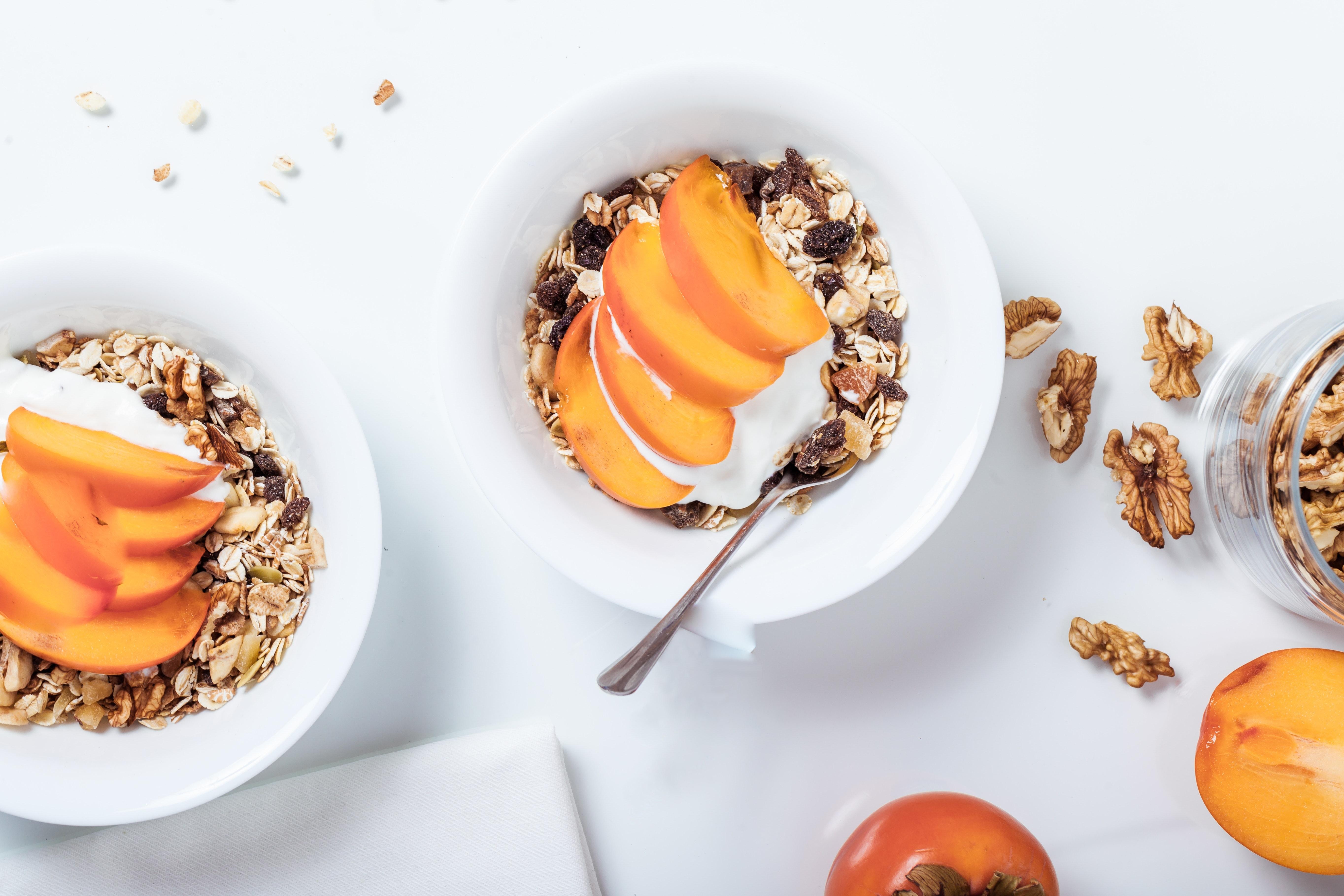 Två skålar med Musli och frukt i, upplagt på ett inspirerande sätt.