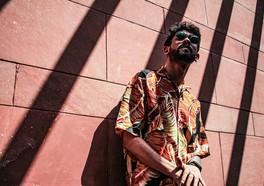 Manlig Influencer som poserar med en stenväg med solstrålar