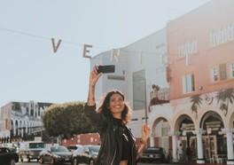 Glad tjej som tar en selfie i Venice