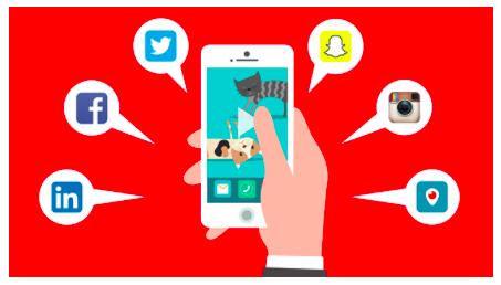 Hand som håller i en mobil som visar de vanligaste sociala medierna