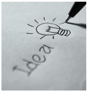 Ett paper där det står 'idea' på, med en glödlampa bredvid